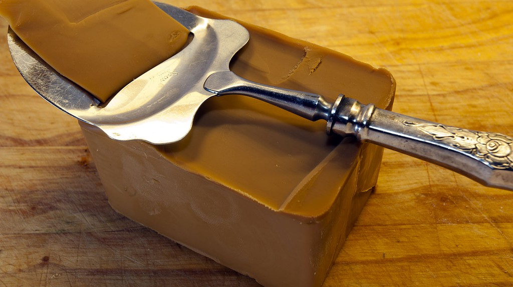 Norwegian brown cheese (don't be born behind it) © Arnstein Bjone / Wiki Commons