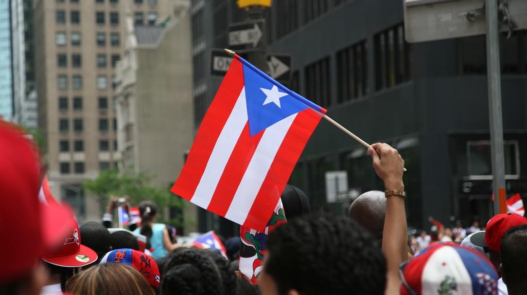 Puerto Rican flag at a parade | © Alex Barth/ Flickr