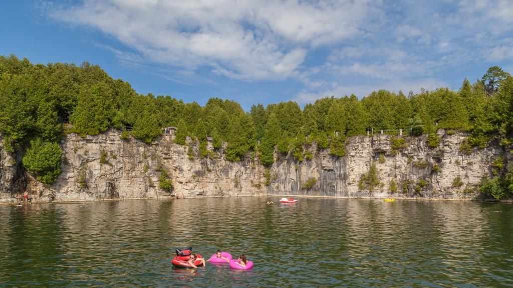 Floating away in Elora Quarry | © JHVEPhoto / Shutterstock