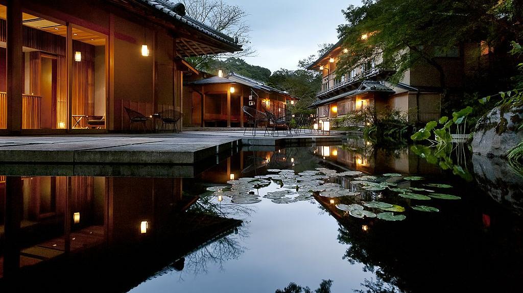 Modern Japanese water garden at a ryokan resort in Kyoto   © Hoshinoya Resorts/WikiCommons