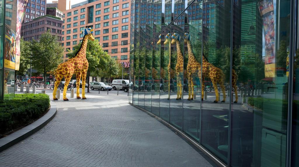 The giraffe outside Legoland Discovery Centre   © jo_web/Flickr