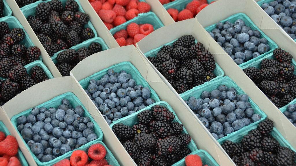 Berries at Hillcrest Farmers Market | © Rob Bertholf/Flickr