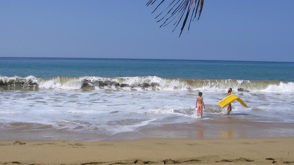 Children at a beach in Puerto Rico   © Bulaclac Paruparu/ Flickr