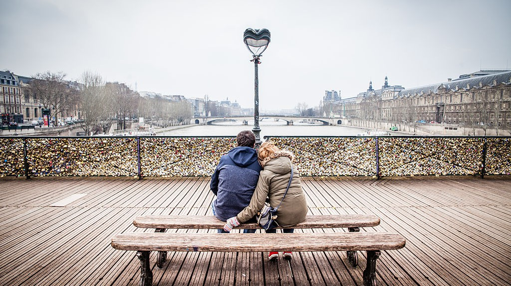 Lovers on the Pont des Arts |© Andrés Nieto Porras / Wikimedia Commons