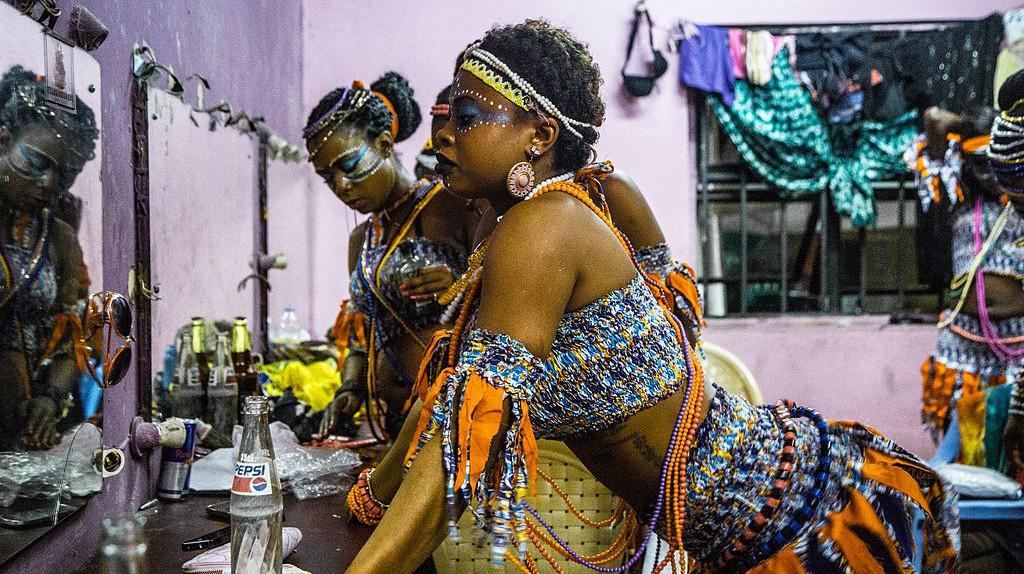 Dancers at the Afrika Shrine / Emmanuel Ogabi / Wikimedia  https://upload.wikimedia.org/wikipedia/commons/7/72/O3A2053-2.jpg