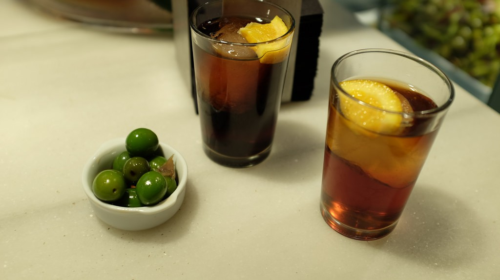 Vermouth and some olives | © Kerinin/Flickr