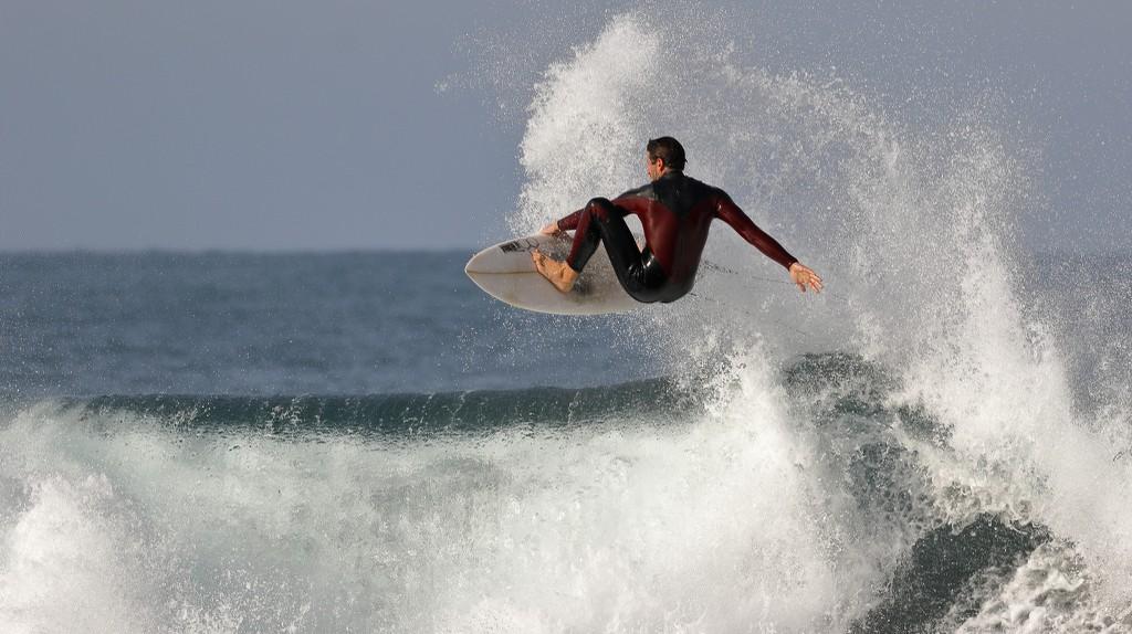 Pro surfer jumping a wave   © Ed Dunans / Flickr