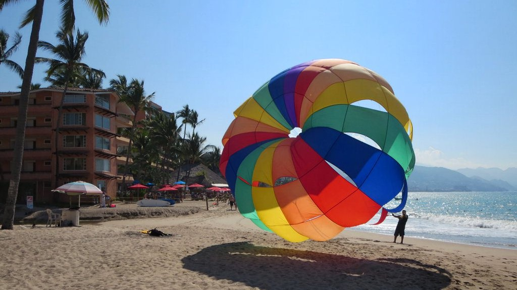Parasailing in Puerto Vallarta | © David Stanley  / Flickr