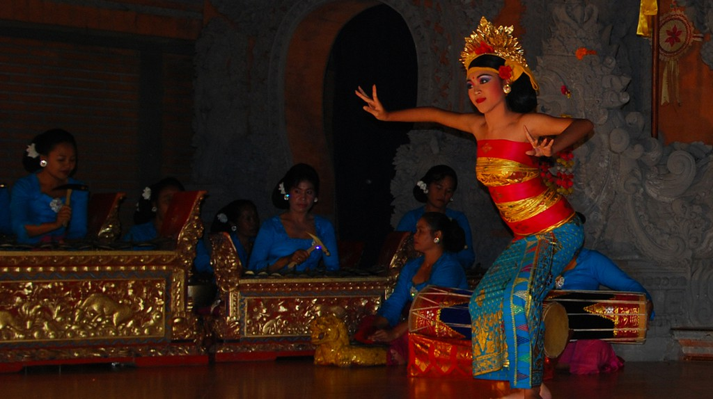 Traditional dancing performance at night | © William Cho / Flickr