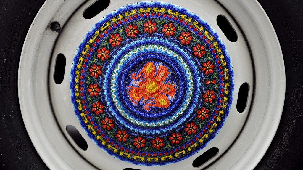 Huichol hubcaps on the Beetle | © katiebordner/Flickr