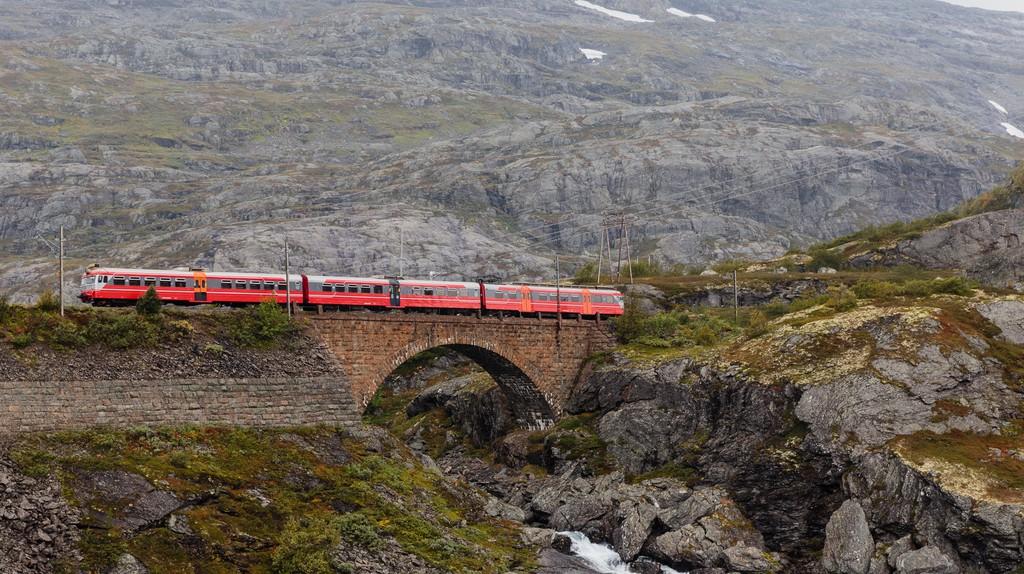 "<a href = ""https://www.flickr.com/photos/28871296@N07/16771591586""> The Bergen-Oslo train crossing a river © Tore Sætre/Flickr"