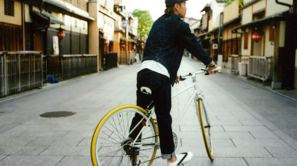 A model poses in Hanao Shoes | © Whole Love Kyoto