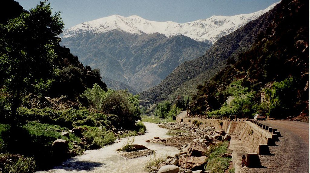 Snow-topped mountains behind the Ourika River | © jeanarp/Wikimedia Commons