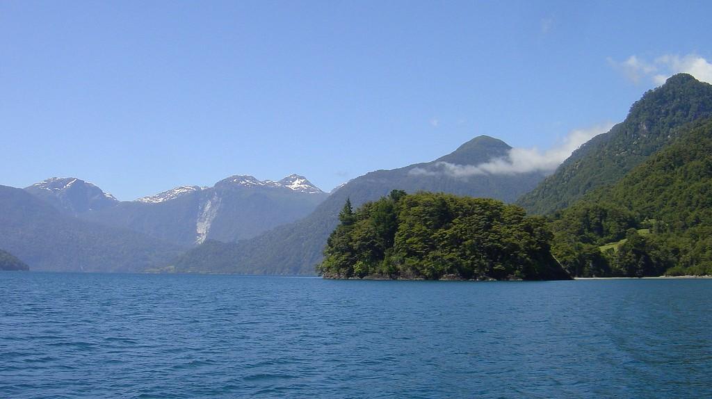 The incredible Cruce de Lagos across the Lago Todos Los Santos, Chile | © Robert Cutts/Flickr