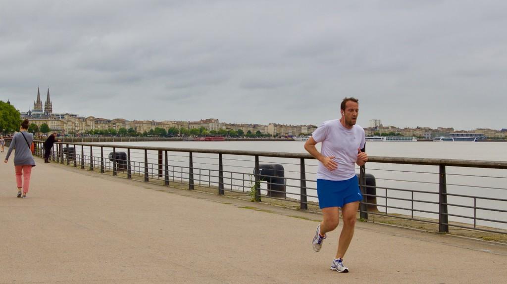 Runner alongside the Garonne River | © J. Migan
