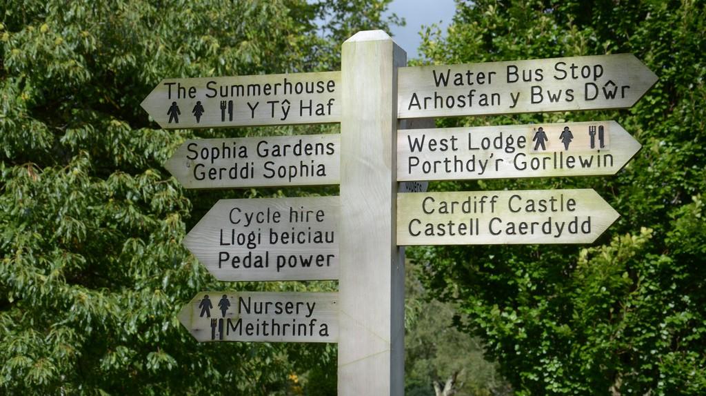 Bilingual signs © still epsilon/ Flickr