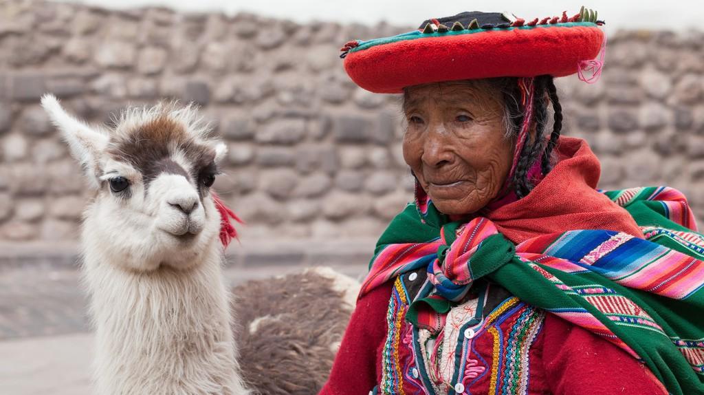 Woman with llama | © Geraint Rowland/Flickr