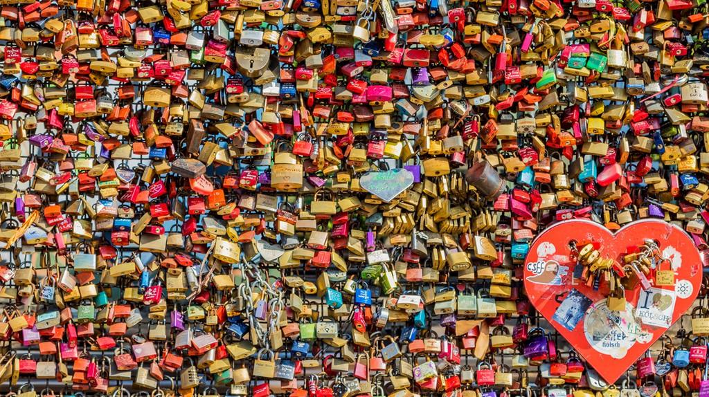 Padlocks on Hohenzollern bridge in Cologne | © maaddin / Flickr