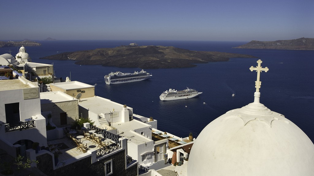 Cruising in Santorini  | © Roderick Eime / Flickr