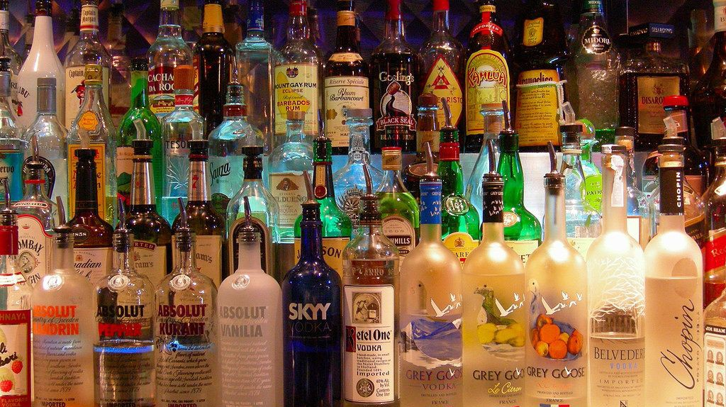 Bottles at a bar | © Edwin Land / Flickr