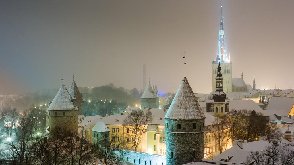 Tallinn Old Town at night | © Guillaume Speurt/Flickr