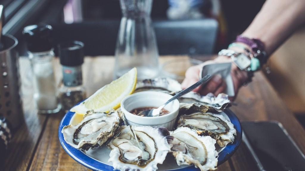 Enjoying some oysters   © Pexels / Pixabay