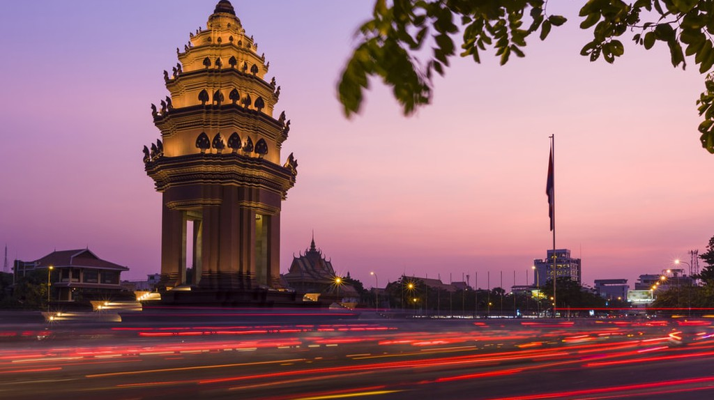Independence Monument in Phnom Penh   © Peter Stuckings/ Shutterstock.com