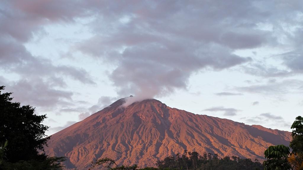 Mount Meru in Tanzania | © Roman Boed/Flickr