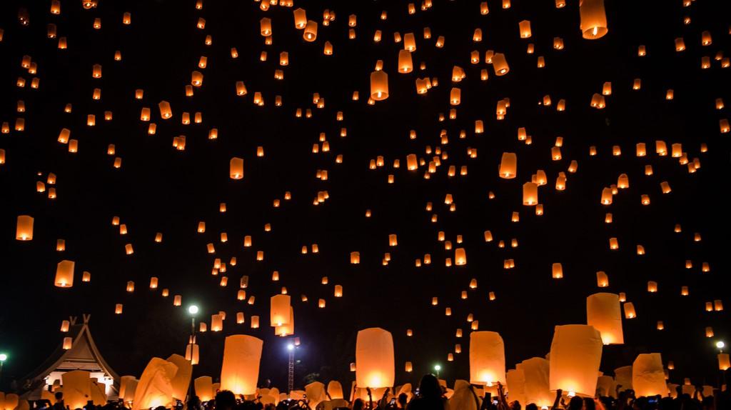 Friends releasing a lantern | © Stefan Magdalinski/Flickr