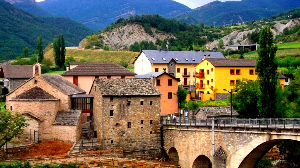 The village of Fiscal in the Spanish Pyrenees |© Les Haines / Flickr