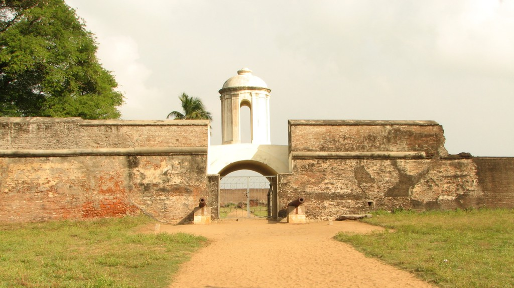 The gate at Sadras Fort still holds a belfry and two rusty cannons | ©Arjun Duvvuru/Wiki Commons