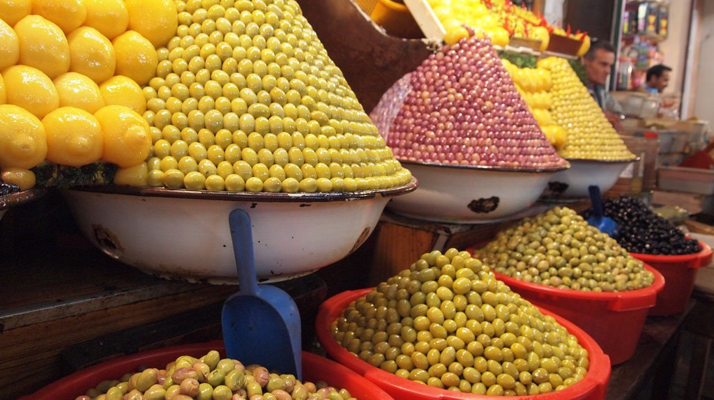 Multi-coloured olives on sale in a Moroccan souk   © Shantanu Shah / Flickr