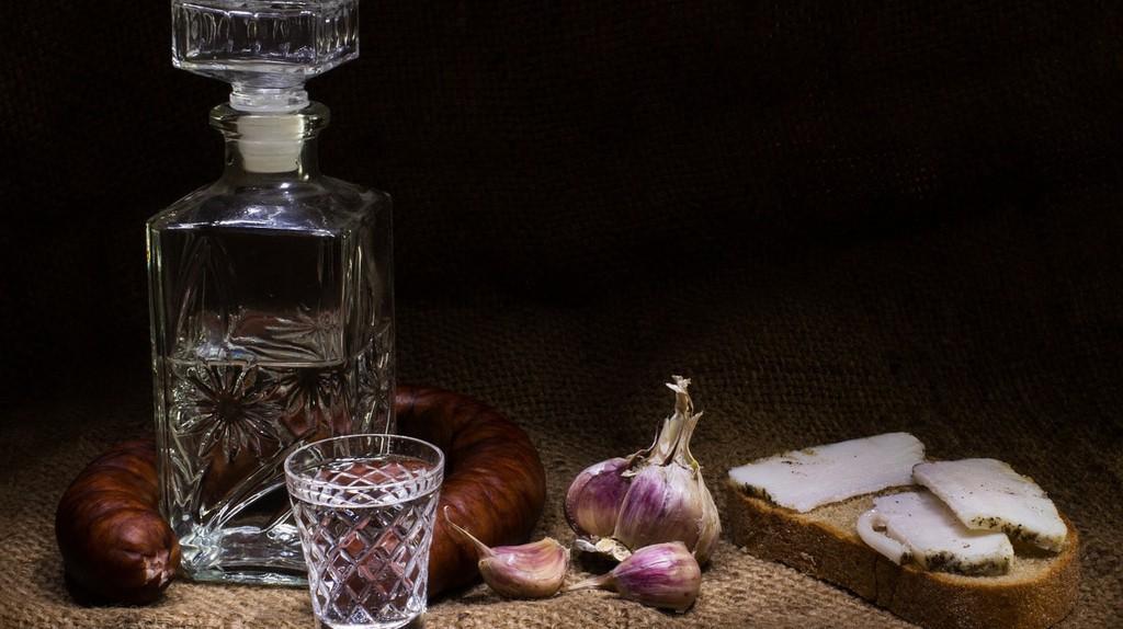 Vodka and bread. Pavlofox (c)   Pixabay