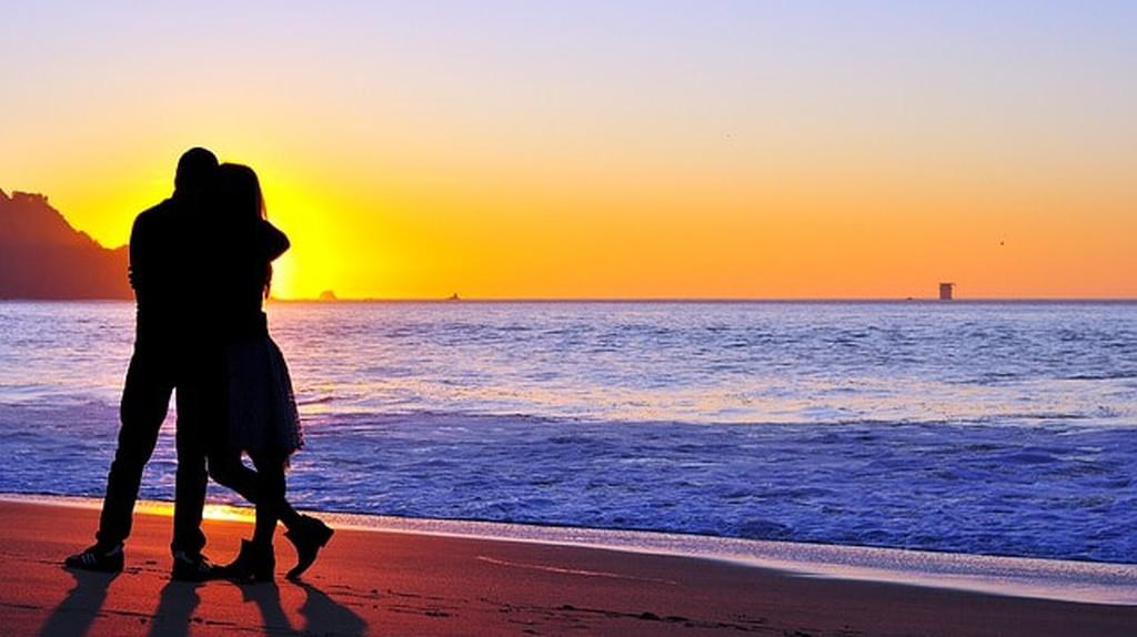 Couple on the beach   © Pixabay