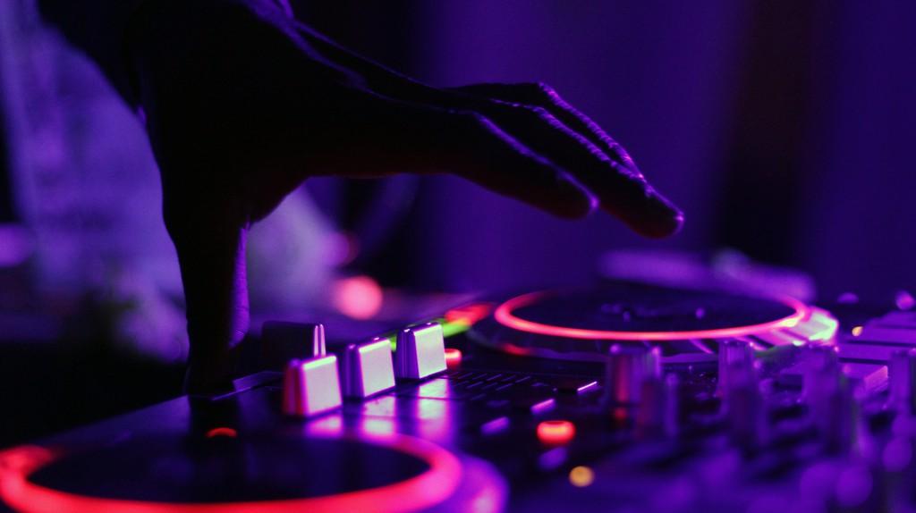 DJ | Marcela Laskoski/Unsplash