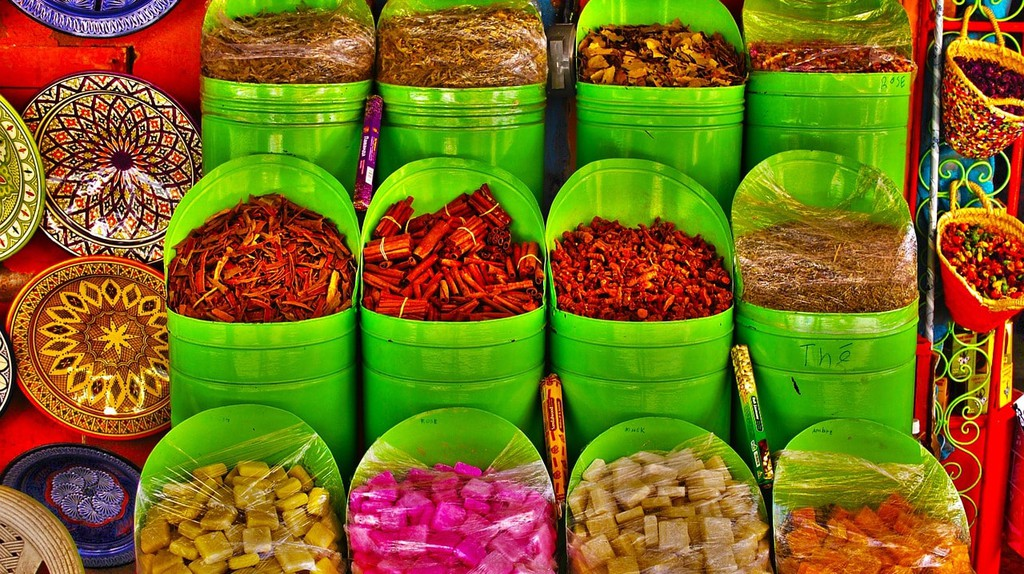 Colourful Moroccan spices, sweets, and ceramics | © gavilla / Pixabay