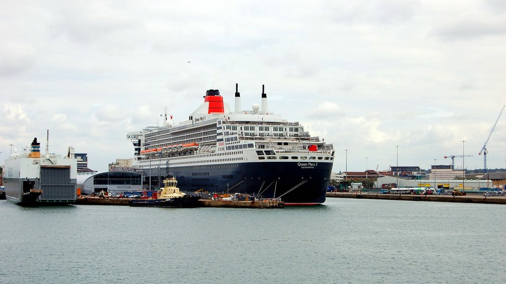 QUEEN MARY 2. SOUTHAMPTON DOCKS. UK. | © Ronald Saunders / Flickr.