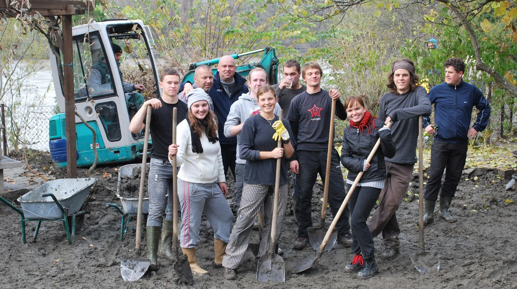 Volunteers on a construction site | © Daniel Thornton / Flickr