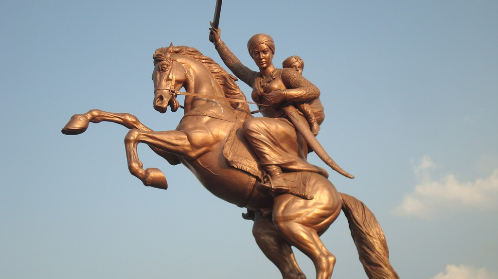 Rani Lakshmibai's statue in Solapur near the Kambar Talav | © Dharmadhyaksha/Wikimedia Commons