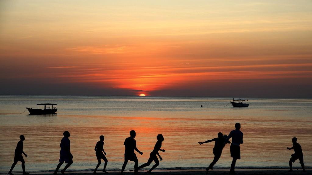 Football at sunset | © riitou / Pixabay