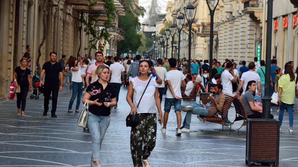 Crowded street on Nizami Street | © By Alizada Studios/Shutterstock
