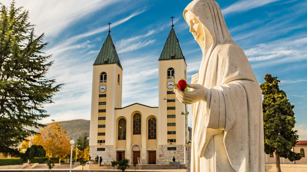 Blessed Virgin Mary & Saint James Church in background | © GoneWithTheWind/Shutterstock
