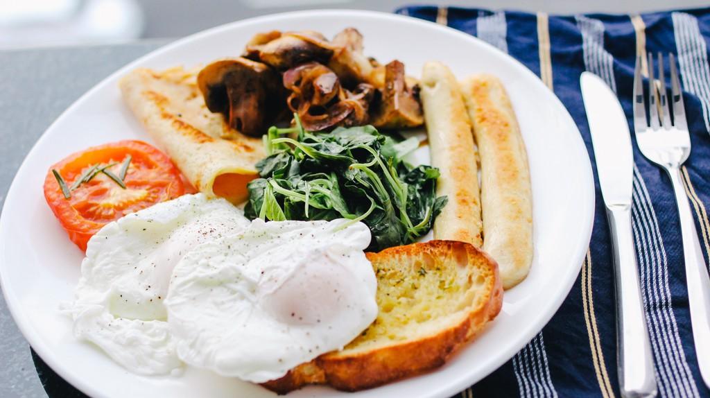 Have a delicious breakfast in Brasov's best restaurants | © Carissa Gan / Unsplash