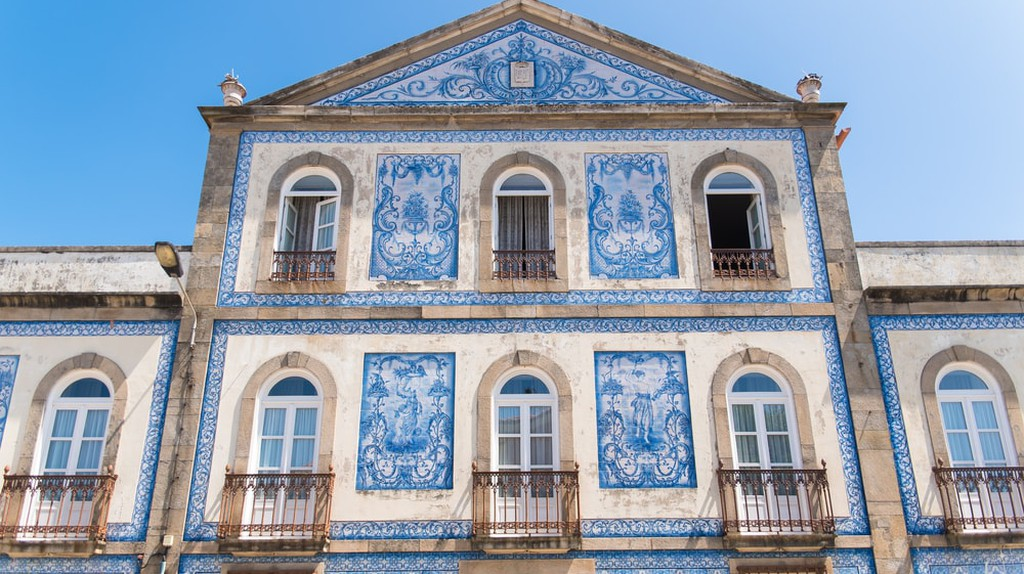 Typical facade with blue azulejos, Portugal | © Pascale Gueret/Shutterstock