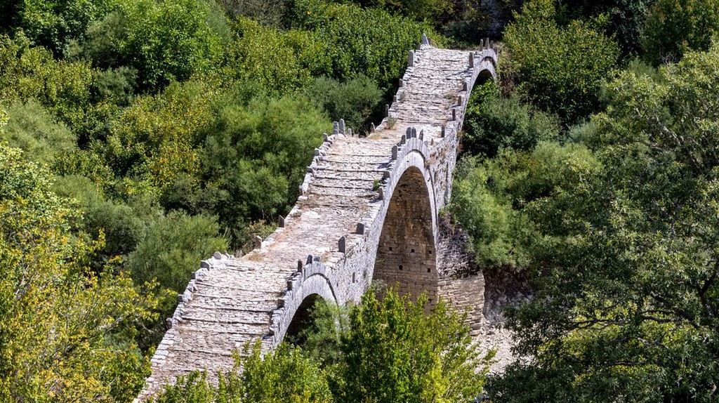 Old bridge of Plakida or Kalogeriko, on Vikos canyon, Zagorochoria, Greece  | © Ververidis Vasilis/Shutterstock