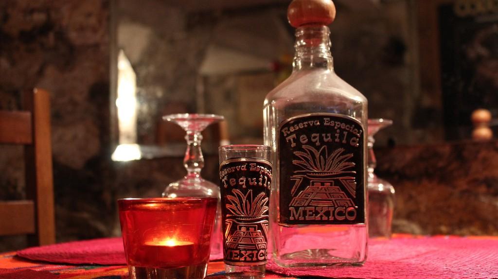 Tequila bottle and glasses | © paroca71 / Pixabay