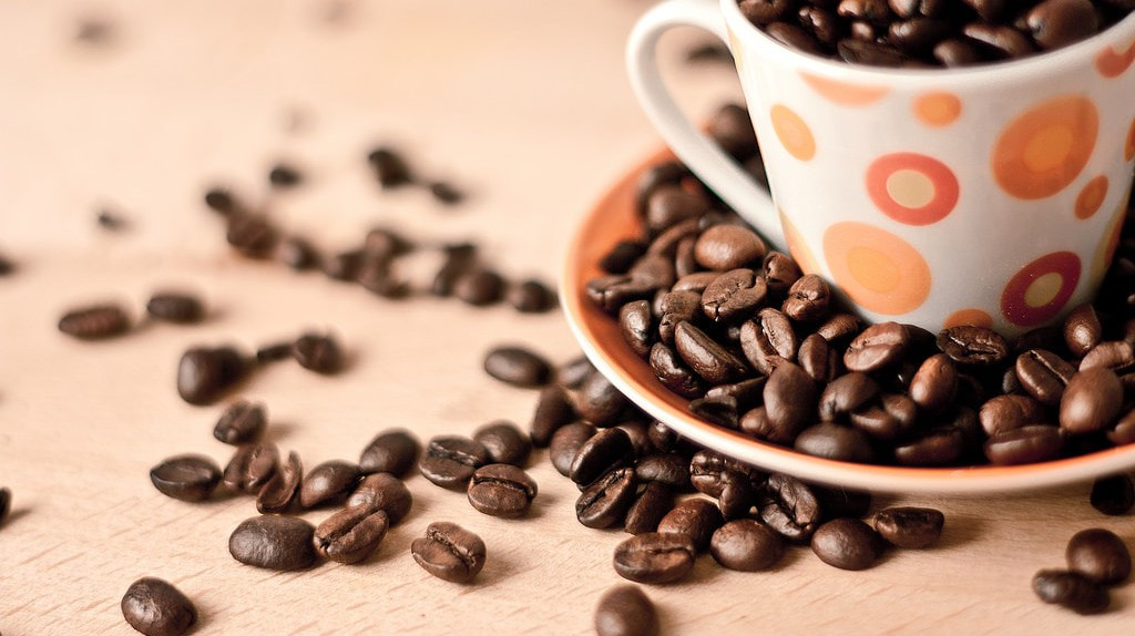 Spotted cup and coffee beans | © Andrés Nieto Porras / Flickr