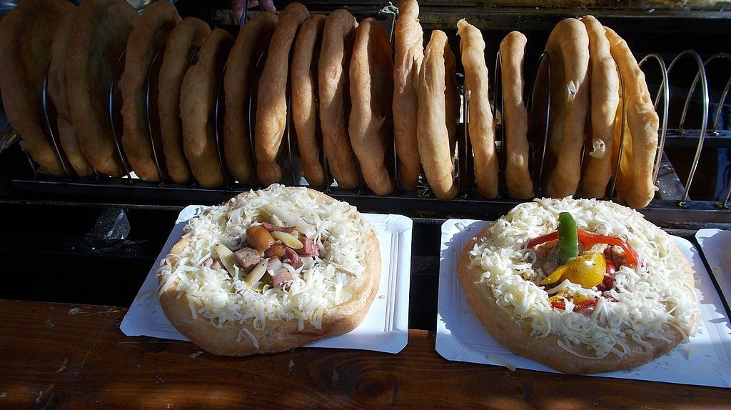 Hungarian lángos at a food festival | © Globetrotter19, Wikimedia Commons