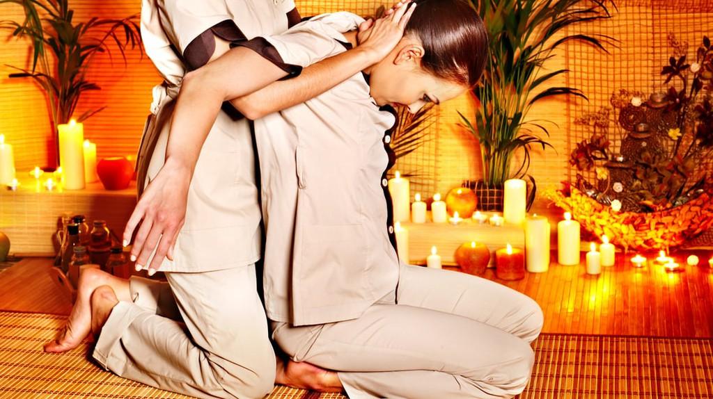 Stretches during a Thai massage   © Poznyakov / Shutterstock