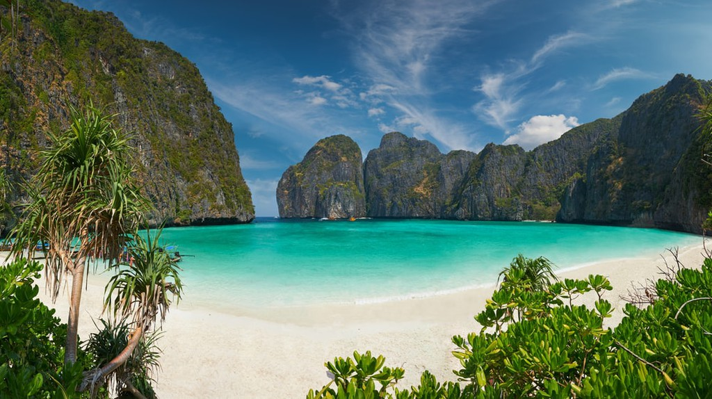 Curved bay, white sands, clear waters, and karst background at the tropical island of Koh Phi Phi Le, Thailand | © YURY TARANIK/Shutterstock